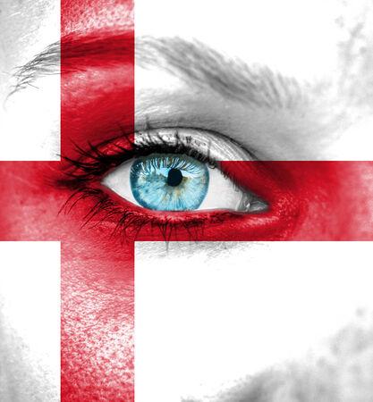 drapeau angleterre: Visage de femme peint avec le drapeau de l'Angleterre Banque d'images