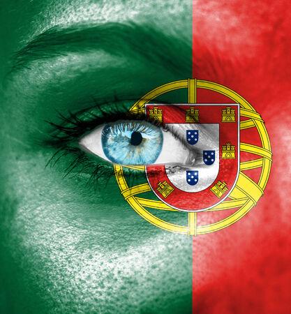 bandera de portugal: Mujer cara pintada con la bandera de Portugal Foto de archivo