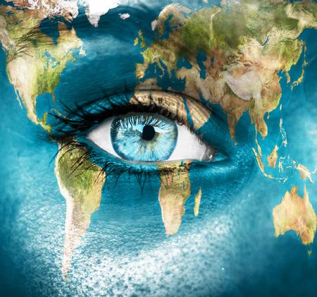"""paz mundo: El planeta tierra y el ojo azul humano - """"elementos de esta imagen proporcionada por la NASA"""" Foto de archivo"""