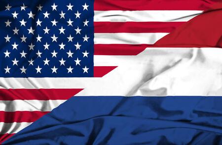 オランダとアメリカの旗を振っています。