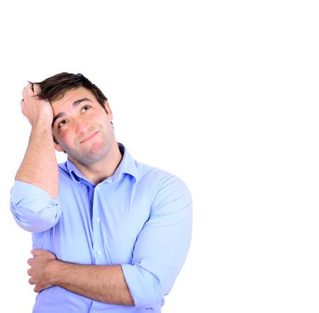 Portret van jonge nadenkende zakenman krabben hoofd geïsoleerd op wit