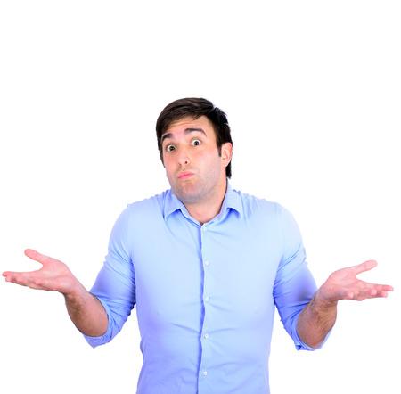 Portret van verward clueless jonge man tegen een witte achtergrond
