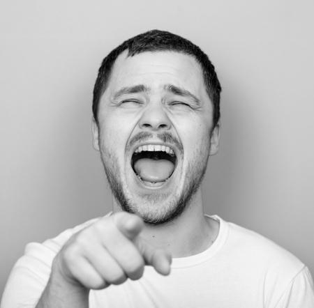 Portrait d'un homme beau laughung à haute voix Monocrome ou portrait en noir et blanc Banque d'images