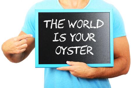 el mundo en tus manos: Hombre que sostiene la pizarra en las manos y se�alando la palabra el mundo es su ostra