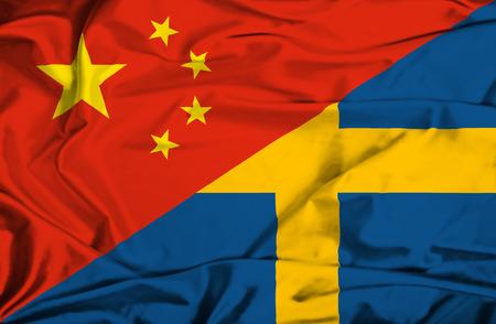 스웨덴과 중국의 깃발을 흔들며 스톡 콘텐츠