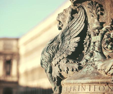 winged lion: Estatua del le�n alado fragmento arquitect�nico de Venecia. Detalle de le�n alado en un asta de bandera en la Plaza de San Marco, Venecia, Italia Editorial