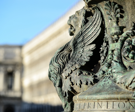 leon con alas: Estatua del le�n alado fragmento arquitect�nico de Venecia. Detalle de le�n alado en un asta de bandera en la Plaza de San Marco, Venecia, Italia Foto de archivo