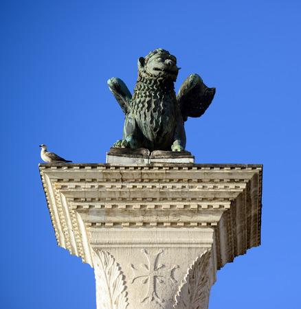 winged lion: Saint Marks alas S�mbolo veneciano Le�n Columna 12 del siglo Originalmente desde Constantinopla Venecia Italia Foto de archivo