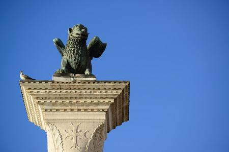 leon con alas: Saint Marks alas S�mbolo veneciano Le�n Columna 12 del siglo Originalmente desde Constantinopla Venecia Italia Foto de archivo
