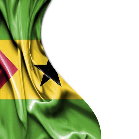 principe: Santo Tomé y Príncipe sedosa ondeando la bandera aisladas sobre fondo blanco Foto de archivo