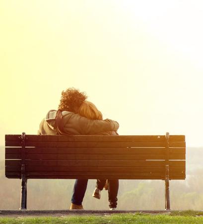浪漫: 浪漫的情侶在板凳上