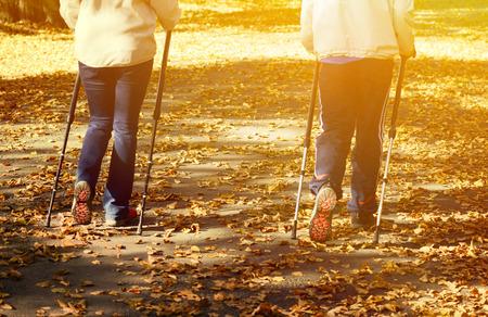 Hoger paar het maken van nordic walking in park Stockfoto