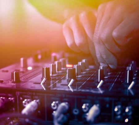 fiestas electronicas: DJ Music club nocturno Foto de archivo