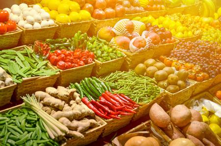 canastas con frutas: Fruit mercado con varias frutas y verduras frescas de colores Foto de archivo
