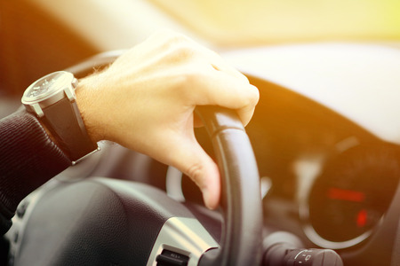 manejando: Hombre concepto de coche de conducción