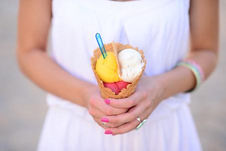 helado de chocolate: Mujer con las manos helado frutal en las manos
