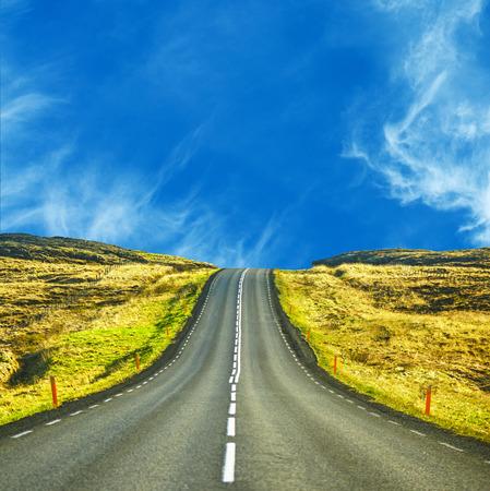 Mooi landschap met verdwijnende higway op zonnige dag