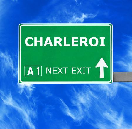 CHARLEROI panneau routier contre le ciel bleu clair