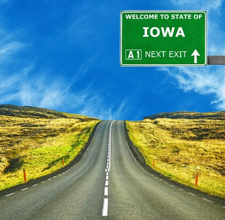 IOWA Straßenschild gegen den klaren blauen Himmel Standard-Bild
