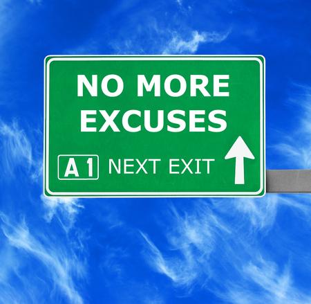 violencia intrafamiliar: NO M�S EXCUSAS se�al de carretera contra el cielo azul claro