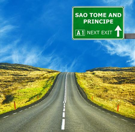 principe: Santo Tomé y Príncipe señal de tráfico contra el cielo azul claro