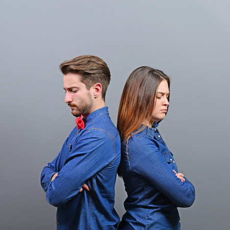 novios enojados: Pareja enojado dando la espalda a la otra