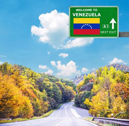 bandera de venezuela: Señal de tráfico de Venezuela contra el cielo azul claro Foto de archivo