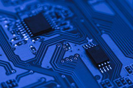 microprocesadores: Fragmento del circuito electr�nico - equipo azul bordo con chips y componentes
