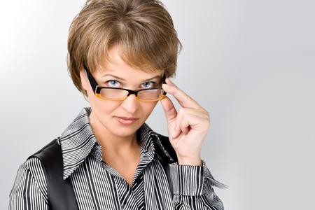 mujeres maduras: La mujer de negocios se ve de una manera strick