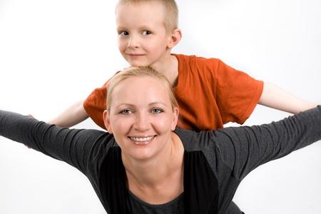 five years old: Madre con i suoi cinque anni figlio, su uno sfondo bianco Archivio Fotografico