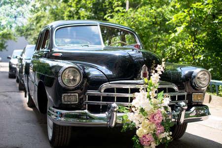 Retro trouwwagen, Sappige greens op de achtergrond. autocolonne