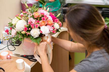 Female florist making beautiful bouquet at flower shop. Stockfoto