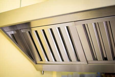 Les systèmes d'échappement, les filtres de hotte en détail dans une cuisine professionnelle. Banque d'images