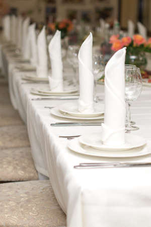 The white napkin nicely folded on the plates, serving a celebratory banquet Stockfoto