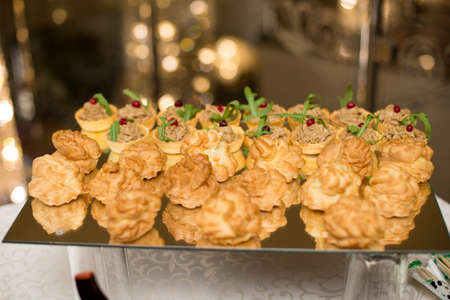 Salsa canape cracker appetizers with soft cheese Stockfoto