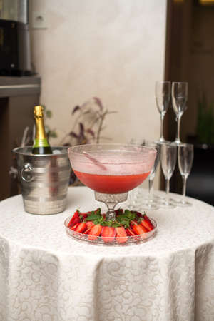 A pyramid of glasses. pink champagne with fruits. Stockfoto
