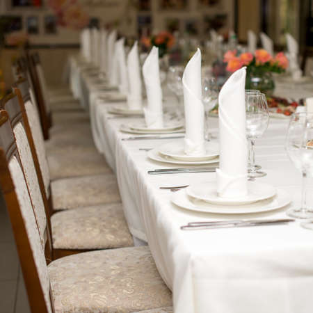 The white napkin nicely folded on the plates, serving a celebratory banquet. Stockfoto