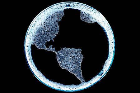 continente americano: mapa del continente americano hecha de espuma en el agua