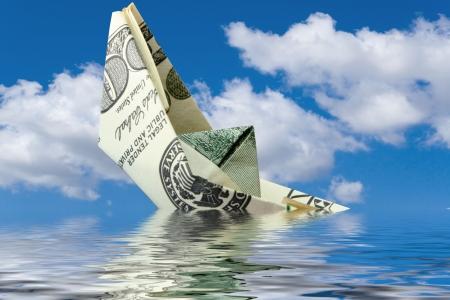 derrumbe: concepto de crisis. dinero naufragio del buque en el agua Foto de archivo