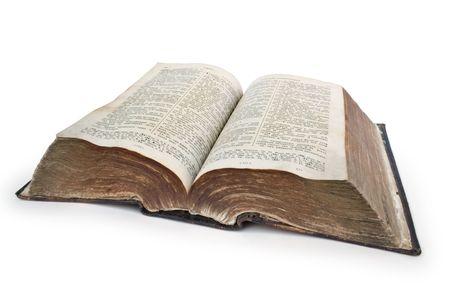 bible ouverte: Bible. Tr�s vieux livre ouvert isol� sur blanc
