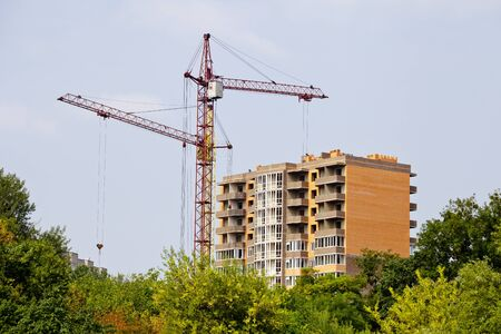 Grues construction d'un nouveau bâtiment de plusieurs étages. Concepts de construction