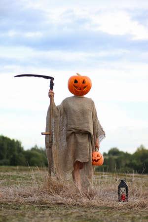 guadaña: cabeza de calabaza concepto de terror demonio de vacaciones para Halloween Foto de archivo