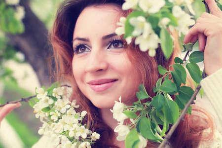 vestidos de epoca: Mujer de pelo rojo en el parque de la flor