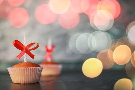 tortas de cumpleaños: pequeña magdalena deliciosa con un símbolo de la vela de la celebración de eventos