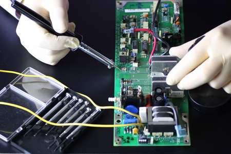 Electronique réparation bien sur le bureau dans le studio