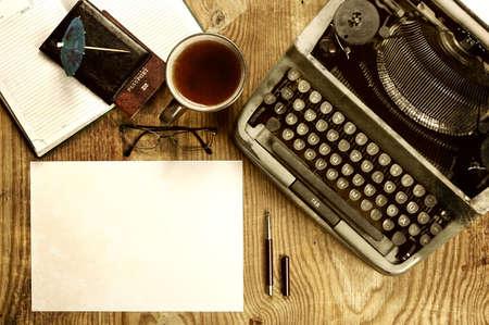 foto carnet: Vintage máquina de escribir Inglés en la hoja de madera de la textura de la madera contrachapada Foto de archivo