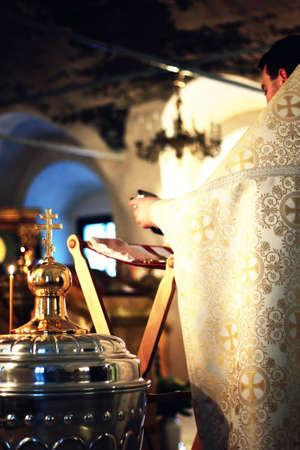 vangelo aperto: utensili e elementi del processo rito cristiano del battesimo dei bambini nella Chiesa