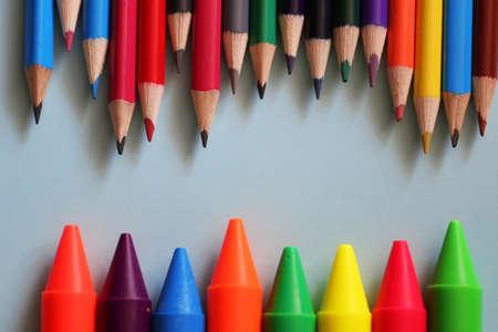 papelería sobre fondo de color conjunto de lápices y diversos dispositivos