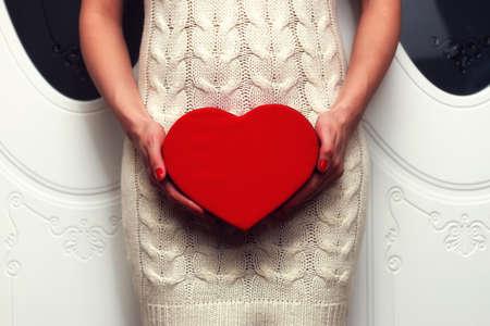 object rood hart-vormige handen houden een jong persoon