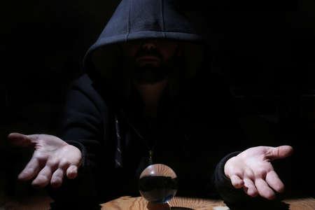 soothsayer: hombre en una campana de cristal negro con la bola mal convocatoria